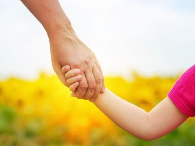 Roditelj drzi dijete